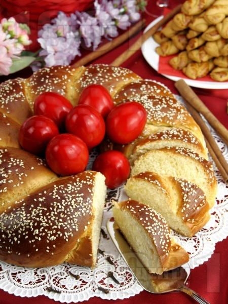 Домашен плетен козунак за Великден със стафиди и сусам - снимка на рецептата